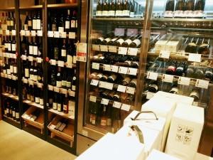 店内にはワインが並びます。